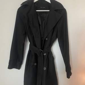 Superfin svart kappa från new look som jag nu säljer för att den inte riktigt är min stil längre. Använd väldigt få gånger. Den är i storlek 10 men skulle säga att den sitter som en xs/s