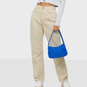 Säljer dessa helt nya och oanvända jeans pga att de va för stora för mig i midjan! Ett par väldigt snygga, våriga och populära jeans som jag dessvärre inte kommer kunna använda så därför jag säljer dem! Köparen står för frakten! Skriv om du är intresserad🥰 skriv även vid intresse av fler bilder🦋 säljer även fler jeans så kolla min profil!💜