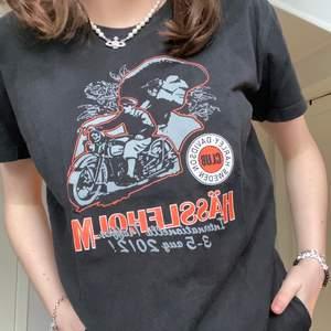 Harley Davidson t shirt med snyggt tryck på ryggen också 🖤 storlek L men sitter mer som M skulle jag säga (Jag på bilden har vanligtvis XS och den sitter snyggt o lite oversize) 💫 80kr + 45kr frakt, bara fråga om de är något!