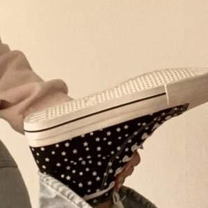 dessa skor är converse inspererade fast med stjärnor. de är svarta och HELT OANVÄNDA då jag tyvärr köpte fel storlek :( . ifall någon vill ha fler bilder är det bara att kontakta mig privat!!  BUDA ELLER KÖP DIREKT FÖR 500+frakt