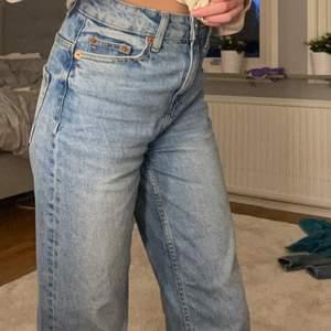 """Säljer dom här byxor för att dom inte kommer till användning längre. Bra skick.Blå högmidjade jeans med """"slitet""""  där nere (köpta så så inte avklippta ) storlek xxs och köpare står för frakt💕"""