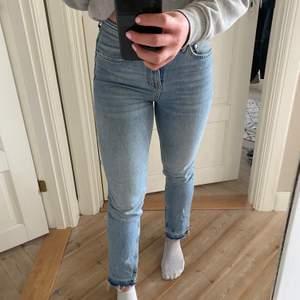 Snygga jeans från Gina, slitningar nedtill med slits på insidan (jag på bilden är 173 cm)