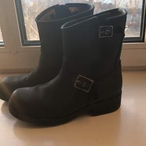 Jag säljer mina Johnny bulls skor för 300 kr. De är i bra skick och i storlek 38. Kan mötas upp i Gbg jag bor i centrum.