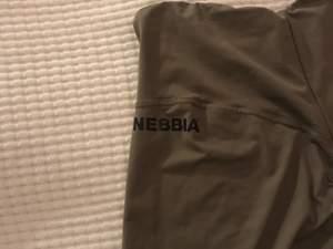 NEBBIA träningstights storlek M, aldrig använda pga för stora för mig :( Möts upp i Örebro och fraktar, köpare står för frakt💜 Skriv vid intresse av fler bilder:)
