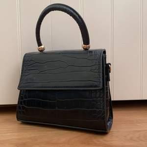 En fin väska som inte kommer till användning längre. Fungerar både som en handväska samt axelbandsväska. Köptes år 2019 på Mango, alltså är den snart två år gammal och är i rätt så gott skick. Den är gjord i fakeläder också. Vid intresse skicka dm! Där kan du även få fler bilder samt svar på frågor ☺️