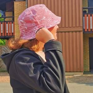 Så söt reversible buckethat som jag sytt själv i ett så fint tyg ✨! Perfekt för sommaren. Passar alla✨👌