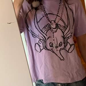 Lila tröja köpt från Zara. Knappt använd och säljer pga inte kommer till användning. Ganska stor i storleken.