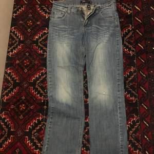 Ett par skit snygga jeans. Jag är cirka 160 och de är till mina anklar. Fin modell o önska verkligen jag kunde ha dom men de har blivit för små… väldigt 2000 tals aktiga. Köparen står för frakt. Storlek 146 alltså (Xxs) lxm barnstorlek.