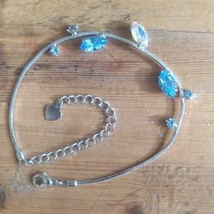 Ett litet nätt armband med blåaktiga stenar och en stor regnbågs färgad sten. Den saknar en sten (tredje bilden).  köpte det från en loppis så har ingen aning om vart den egentligen är köpt. Tar swish endast. Frakt ingår ej.