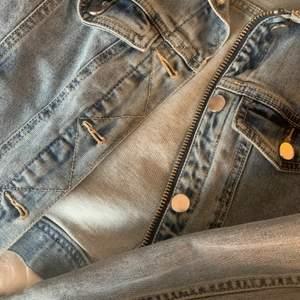 jeansjacka från hm i storlek 36. använd en sommar men passar ej på mig längre:) frakt tillkommer på 66