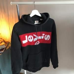 En riktigt fin Levi's hoodie inköpt från Carlings för 600kr 2019. Aningen urtvättad men det är enligt mig bara ett plus i kanten, sitter även lite oversized. Allmänt skön tröja att bära🔥