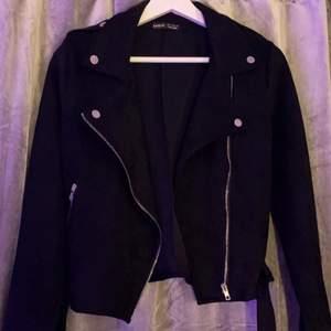 En svart mocka jacka i storlek S  Hämtas i Norrköping eller fraktas, vid frakt står du för frakt summan. Postar med video bevis.  Garanterar en snabb och pålitlig affär🤍