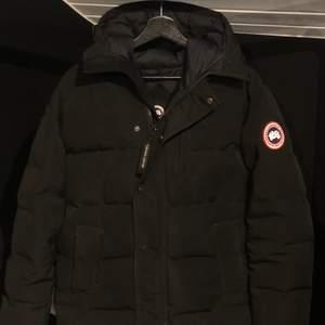 Canada Goose jacka, använd 3 vintrar, fräsch, dock funkar inte bröstfickan då den totalt fastnat, därav det låga priset!