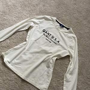 Oanvänd långärmad t-shirt från GANT. Storlek xs🌸 skulle nog passa s också! Hel och ren🌸 säljer för 350kr☺️