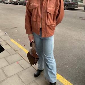 Trendig jacka från Zara. Köptes för 500kr och endast använd fåtal ggr.