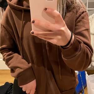 super fin brun zip up hoodie i jätte skönt material! Hoodie är i storlek S! om du har frågor är det bara att skicka ett meddelande, buda i kommentarerna!🥰🥰🥰