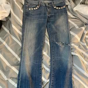 Jeans från ett japanskt märke med nitar vid fickorna. Sällsynta. Passar både tjej eller kille