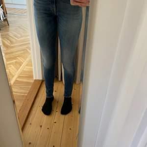 säljer ännu ett par blå jeans, dessa är från Tiger of Sweden och även dessa är i väldigt bra skick. har använt väldigt lite för de har varit för stora i midjan, sedan glömt bort. likt de andra slutar de vid fotknölarna på mig som är 170cm. pris går att diskutera