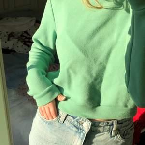 """Grön croppad sweatshirt i ett superskönt material💚 Märket är okänt för mig men står STAY på lappen. Tyget har blivit lite """"nopprigt"""" genom åren men inget som stört mig, går nog annars bara att ta bort det med en noppringsmaskin/rakhyvel. Möts helst upp (Stockholm) men frakt kan nog lösas (köparen står isåfall för frakten)"""
