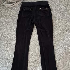 säljer mina svarta juicy couture byxor som ej kommer till användning längre, de är i storlek XS och på mig som är 157/158 när de precis till marken, de har guld detaljer på fickorna. skriv privat om du vill ha fler bilder på de💕