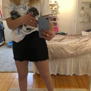 Säljer en jättefin och somrig kjol från chelsea/Tessie den är i jeansmaterial och inte mycket använd. Hör av dig om du har frågor eller vill ha fler bilder ( säljer många andra kjolar så kolla min profil) kolla andra bilden för en mer rättvis bild på själva kjolen (OBS kjolen är mer som 36)