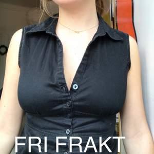 svart linne med krage och knappar. har klippt bort armarna och sytt. inklusive frakt