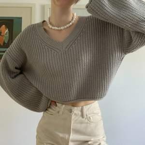 Stickad tröja från NA-KD, super mysig älska färgen o passar till allt💓 säljer då jag är i behov av pengar! Använt 2 gånger