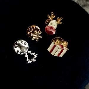 Små söta pins i jultema. Aldrig använda. Köpta på guldfynd. Alla fyra för 99kr. Frakt ingår i priset 😊