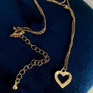 Ett jättefint guldhalsband med en hjärtberlock. Aldrig använt. Köpt på Albrekts guld. Frakt ingår i priset 😊