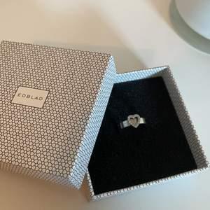 Fin ring som aldrig kommit till användning, perfekt till att ge i present eller bara till sig själv❤️ alla stenar kvar!