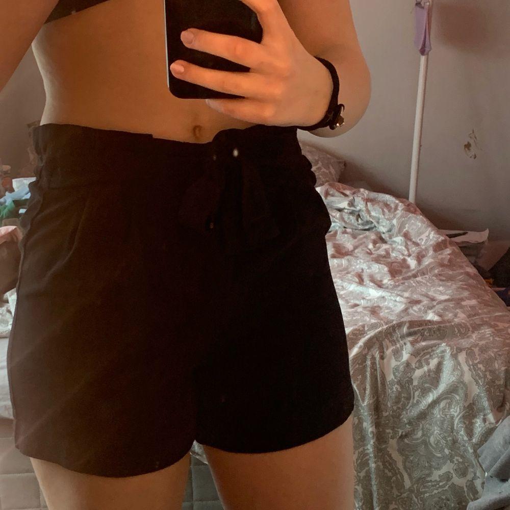 Ett år jätte fina svarta shorts använder inge längre o har för många shorts så säljer dessa. ❤️❤️ kan mötas upp och även ksk frakt🥰. Shorts.