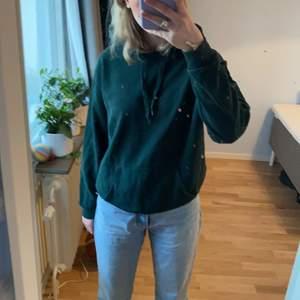 Skogsgrön hoodie!! Ganska oversized för att vara XS