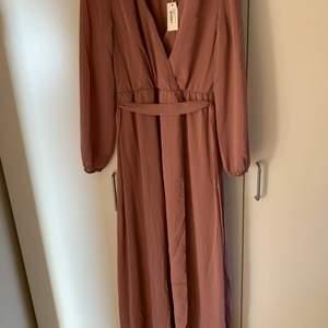 En rosa balklänning från Nelly. Lösare klänning som man kan knyta i midjan. Storleken är 34 men passar personer med storlek 36 med. Säljer på grund av att jag hittade en annan klänning till min bal. Köparen står för frakten.
