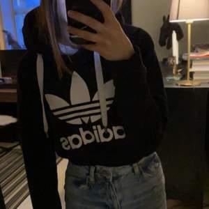 Säljer denna croppade adidas hoodie. Är i väldigt bra skick.