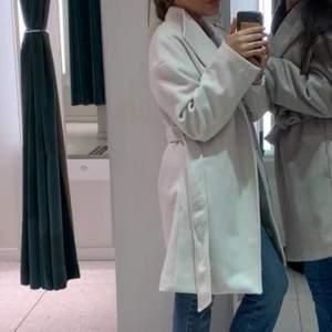 säljer min fina kappa från H&M för jag ska köpa en ny! super fint skick, använd 3/4 gånger. kom privat för Fler bilder❤️
