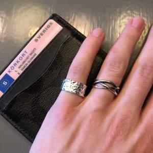 Instagram: Bijoux.Archive, Ringarna är gjorda av rostfritt stål så dem färgar ej av sig samt tappar ej färg. Storleken är justerbar, så passar alla. 100kr/st med frakt.