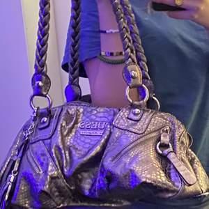 OANVÄND SNYGG GUESS VÄSKA💎!                                  En äkta guess väska i silver från 2000 talets koleltion🚨🚀!Kan mötas upp vid intresse!