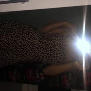 En leopard klänning från H&M. Aldrig använd.