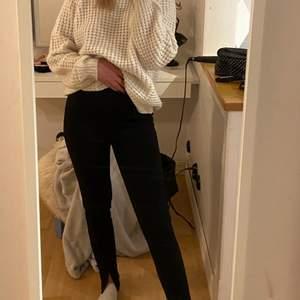 kostymbyxor med pressveck och slits från nelly. dem har tyvärr blivit för korta för mig därför är det bara en bild men skriv privat för mer bilder💕