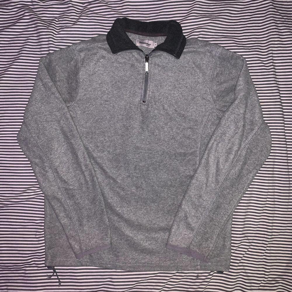 Grå fleece tröja från dressman, size S men sitter mer som M . Huvtröjor & Träningströjor.