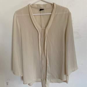 Nu säljer jag denna väldigt fina tröja. Storlek S och väldigt bra skick. Säljer då den ej längre passar. Hör av er för fler bilder:) köparen står för ev frakt