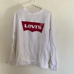 Säljer en sweatshirt från Levis' i storlek XS. Väldigt bra skick och sparsamt använd. Väldigt skönt material. Säljer då den inte längre passar. Hör av er för fler bilder. Köparen står för ev frakt:)