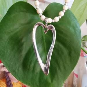 Fint pärlhalsband med ett hjärt-hänge feåb LivingAndRoom. Kanske en fin present till mamma eller kompisen? Just nu är det 2 för 1 på alla smycken och accessoarer, kolla bion!
