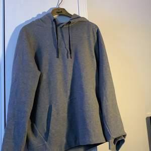 Mörkgrå hoodie från SOC, bra skick, storlek M.