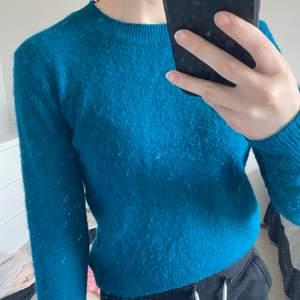 Stickad lite nopprig tröja från h&m, väldigt skön. Inte riktigt den färgen som visas, den är lite mörkare i verkligheten