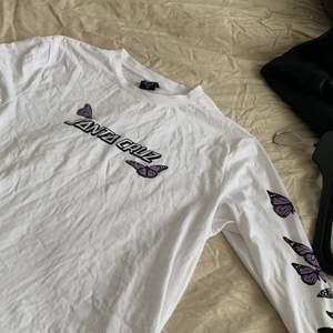 Baggy långärmad vit tröja med tryck från Urban Outfitters. Den är aldrig använd och därför i perfekt skick. Priset kan diskuteras. OBS. Köparen står för frakten.