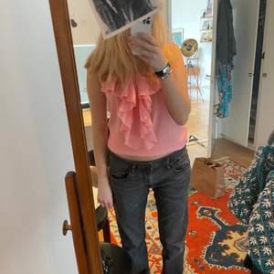 Säljer en jätte fin rosa blus som har en sån härlig färg och passar perfekt när man blir brun💕 storlek: 36