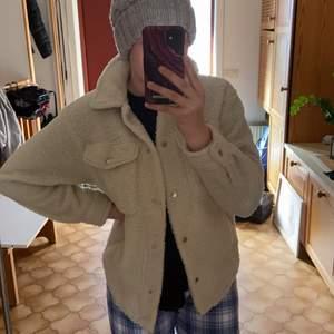 En fin Teddy jacka köpt förra våren säljer då jag int använder den längre pris kan diskuteras och köparen står för frakt:)❤️