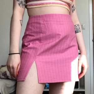 Egengjord rosa kjol med två slits fram & dragkedja bak. Gjord av en gardin! Passar mig som brukar ha storlek M/L. Vill du ha mer exakta mått så skriv🍒