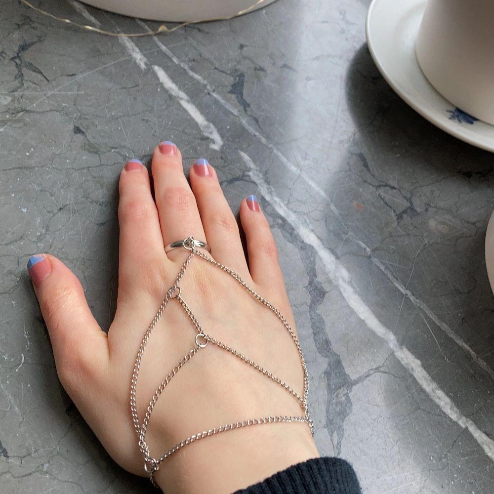 Silver handsmycke med armband och ring i en! Inte använt mycket, så i nästan nyskick✨. Accessoarer.